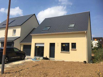 Constructeur maisons individuelles Lisieux-Maison Emeraude avec menuiseries couleurs et garage accolé